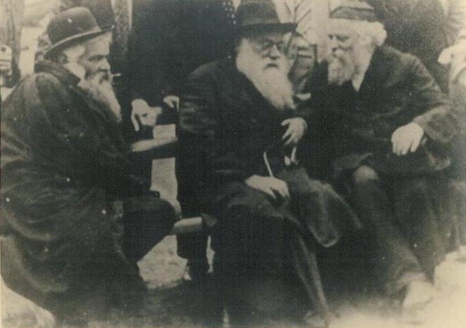 Szymon Jehuda Szkop (w środku)