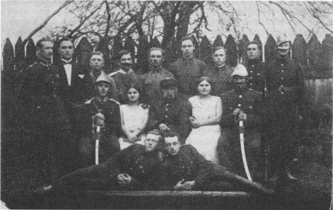 """Grupa Teatralna Związku Strzeleckiego w Brańsku po przedstawieniu """"Więzień Magdeburga"""", 1932 r."""